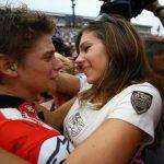 Ciuman Romantis Rider MotoGP Dan Pasangannya